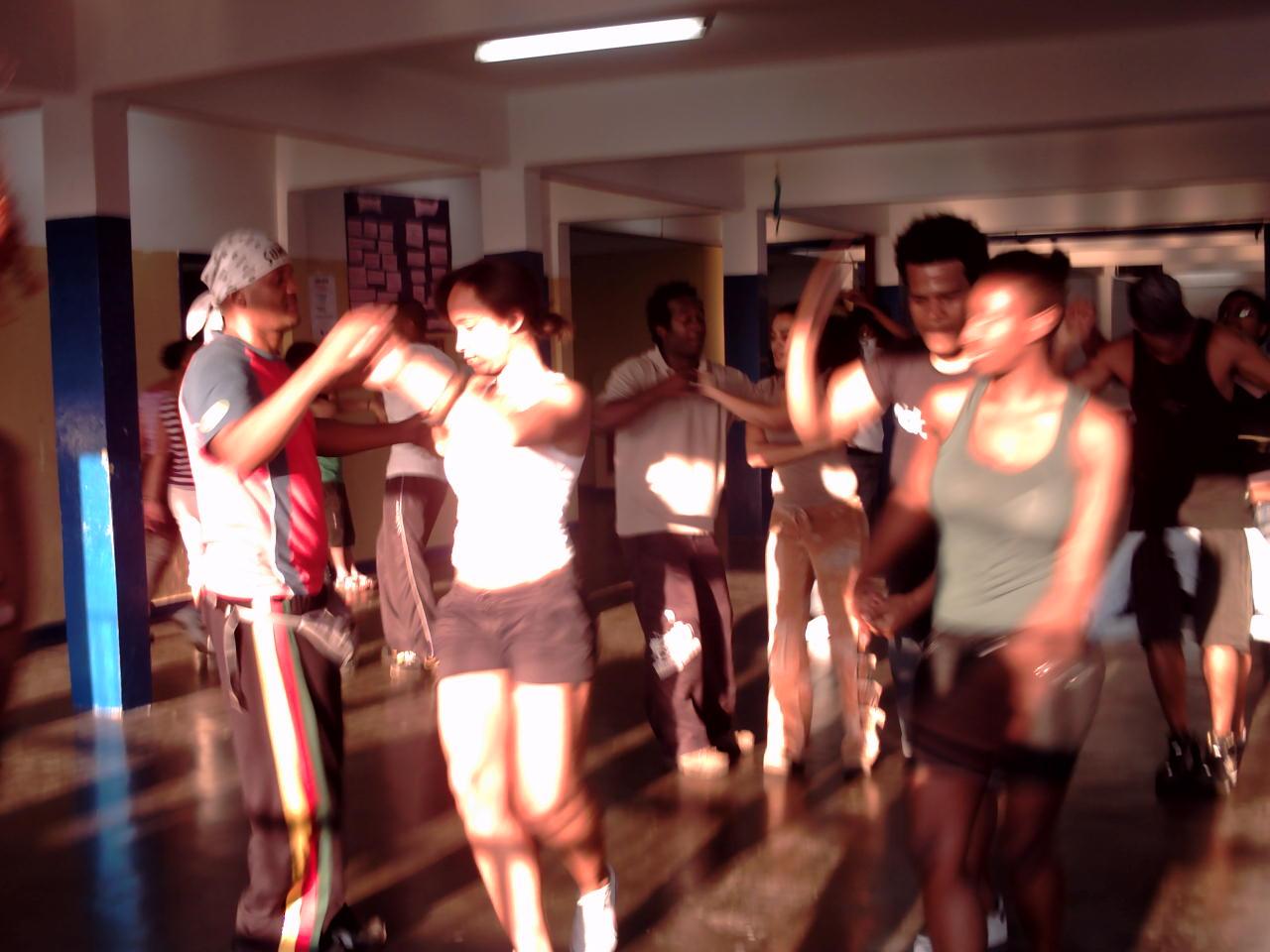 Aulas de samba rock com o professor Juninho