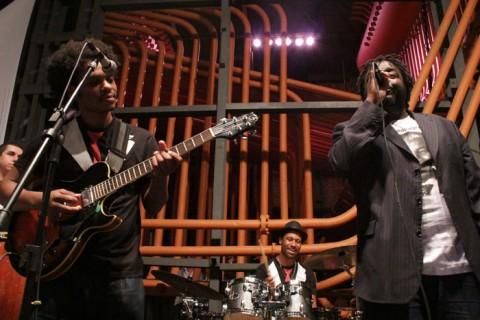 Paulinho, Dodô Silva (ambos banda Bola de Meia) e Ualdo Nascimento - Foto: Samba Rock Na Veia