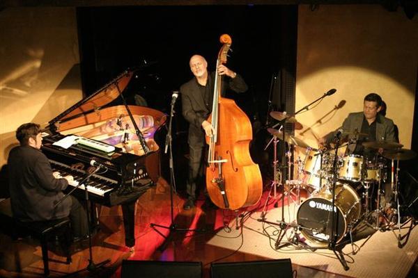 Sambajazz Trio sobe no palco nesta quinta-feira