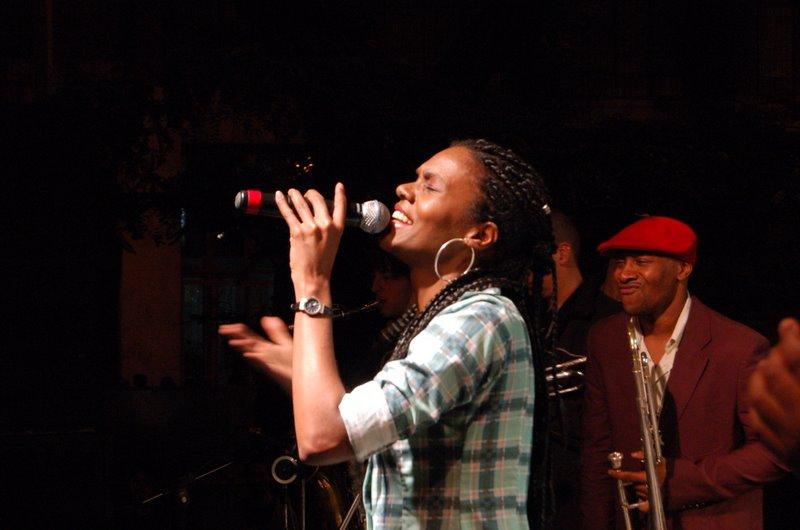 A Cores e Roberta Gomes na Quinta do Samba Rock da Galeria Olido