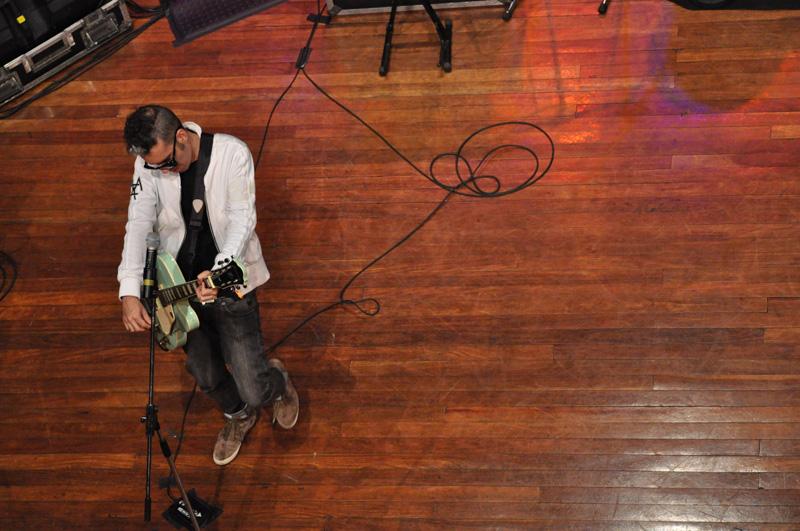 Max de Castro em show de lançamento do vinil Samba Raro