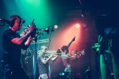 Fotos | Hypnotic Brass Ensemble mostra o caminho das misturas tão presentes no samba rock