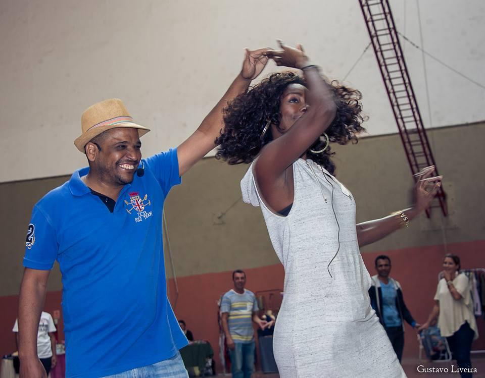 Aula de samba rock com música ao vivo sob o comando do professor Moskito no SESC